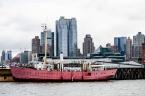 New York Quai Hudson river et bateau rouge